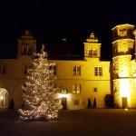 Innenhof mit Weihnachtsbaum