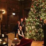 Mitarbeiter schmücken Tannenbaum im Rittersaal
